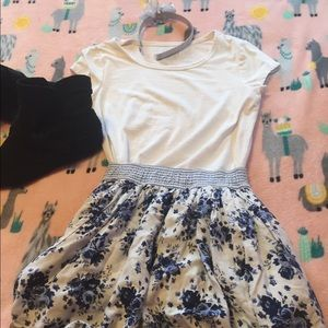 ☀️3 for 20☀️ Cute blue and white rose skirt